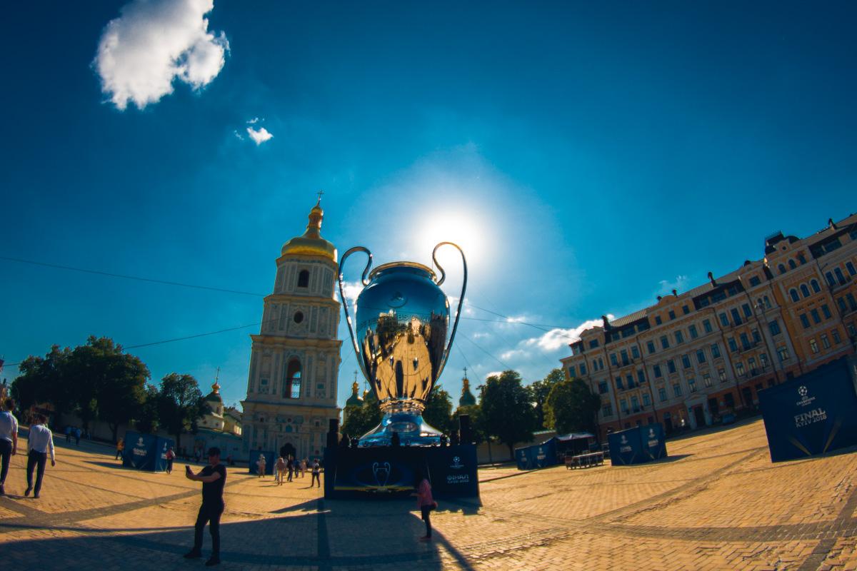 В центре Киева установили огромный кубок Лиги чемпионов
