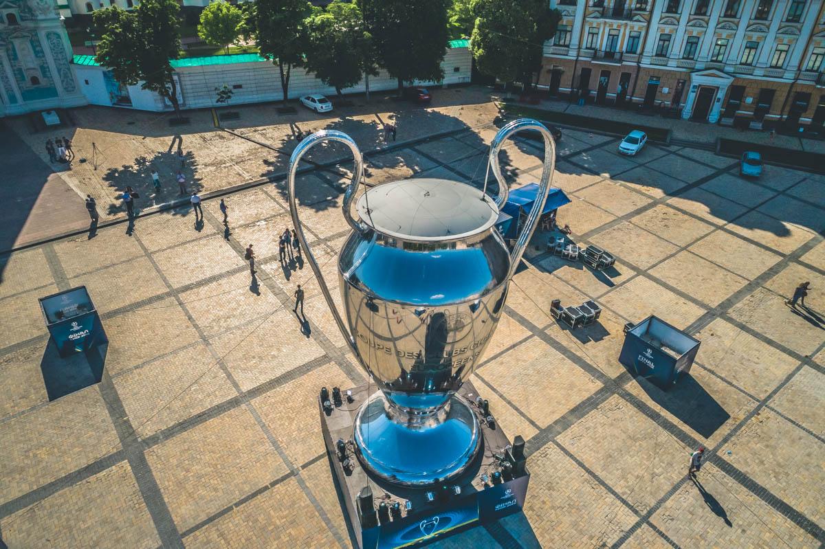 Огромная серебряная конструкция появилась на Софийской площади