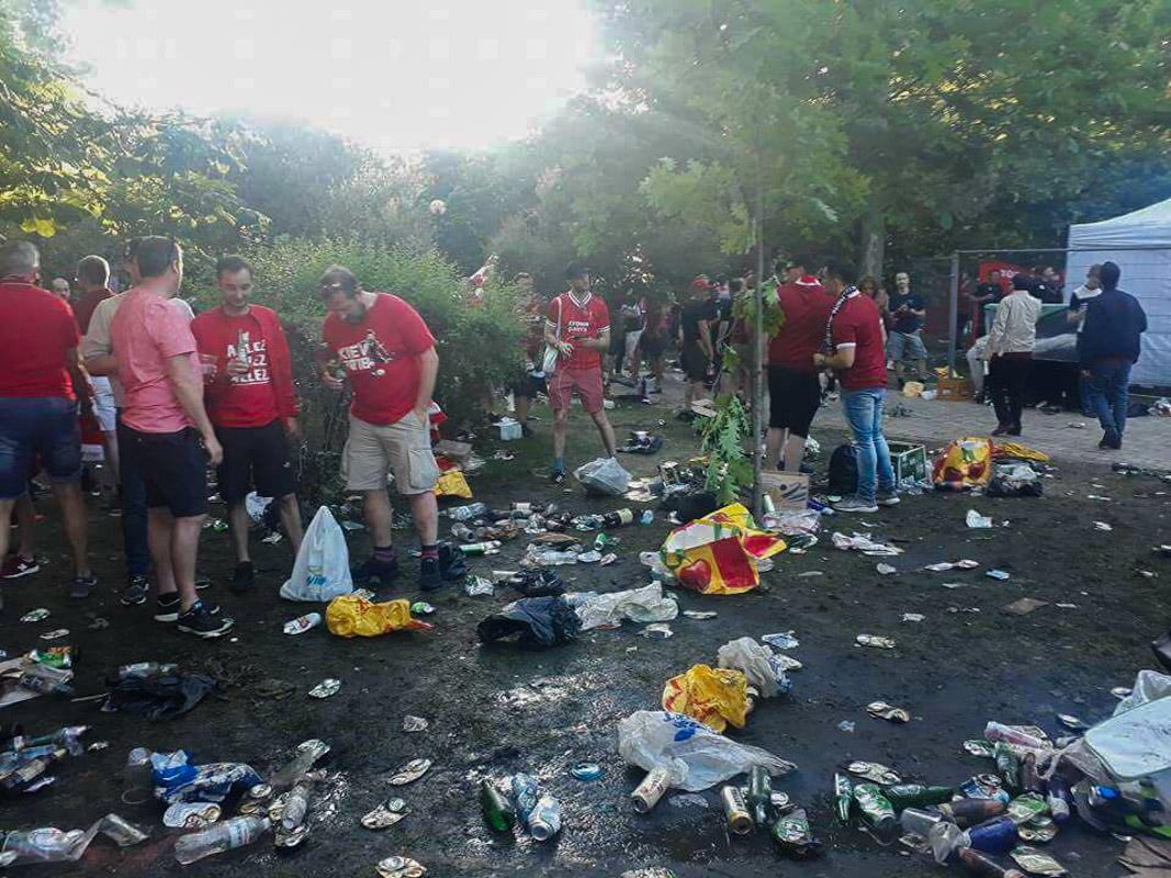 Фанаты ушли, оставив горы мусора