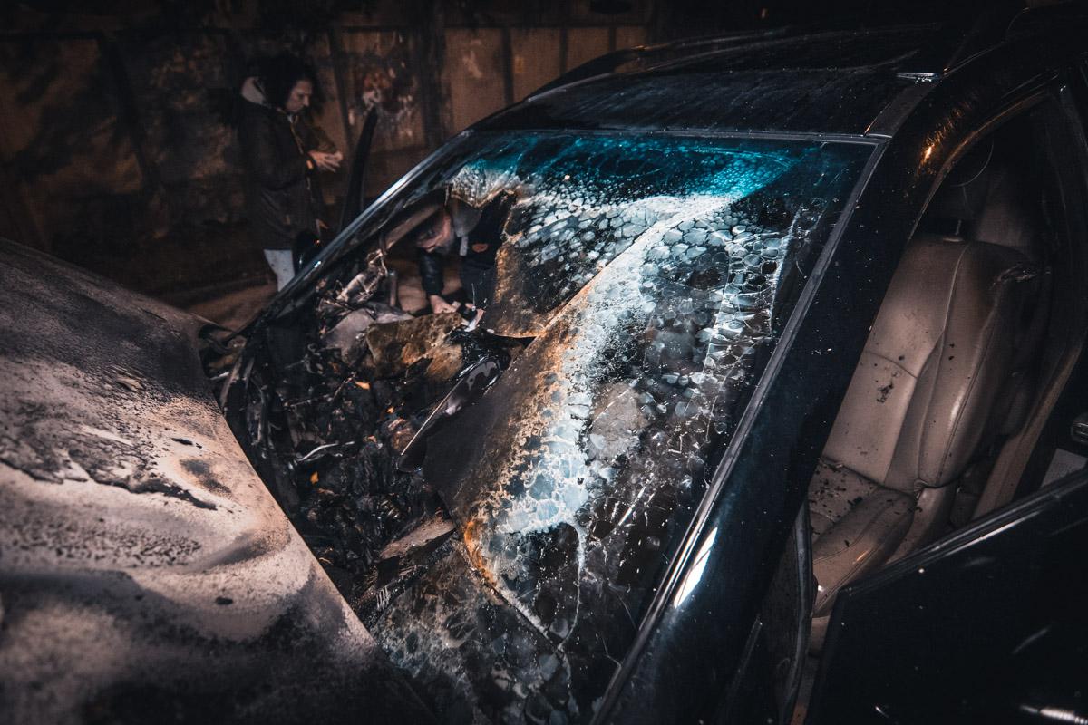 Передняя часть автомобиля выгорела вся