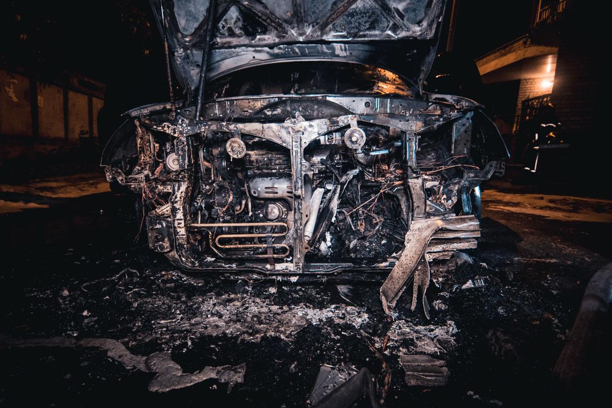 На Артиллерийском переулке, 9а во дворе жилого дома горел Lexus
