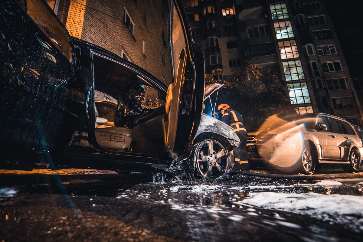 В результате пожара пострадал припаркованный рядом Mitsubishi Pajero