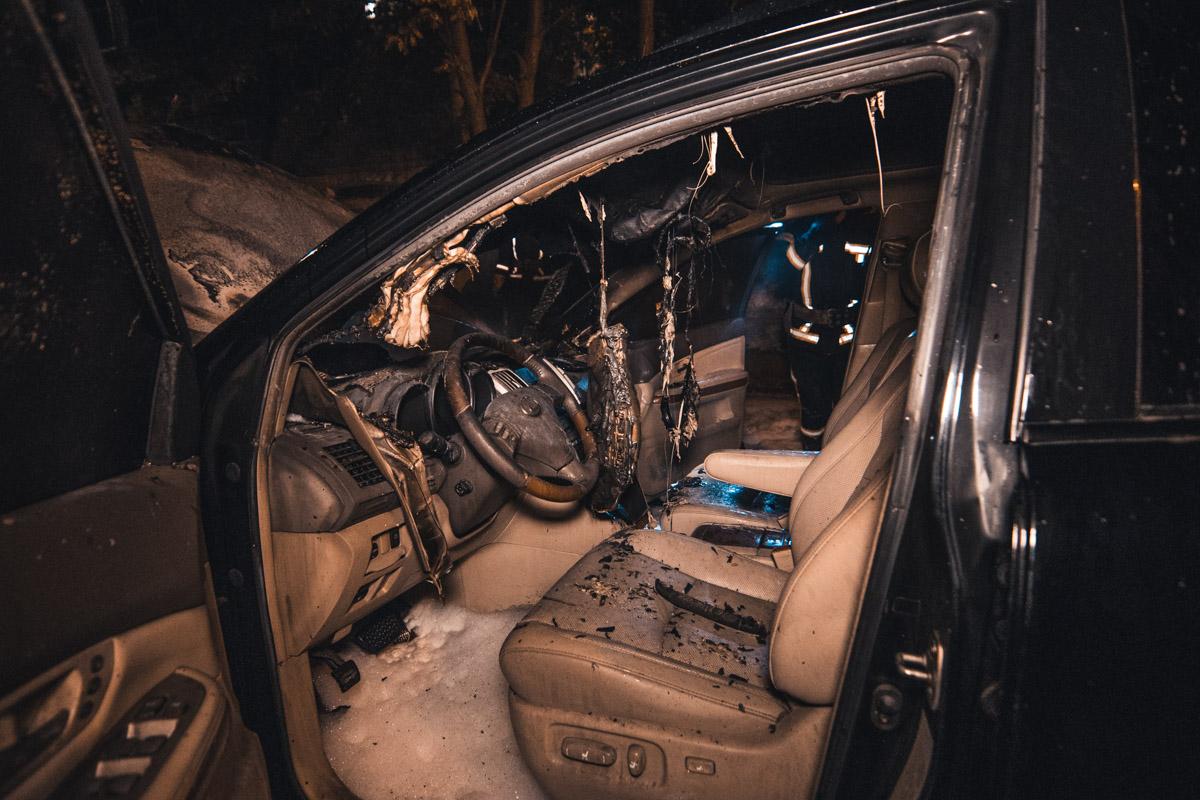 Машину тушили как снаружи, так и изнутри