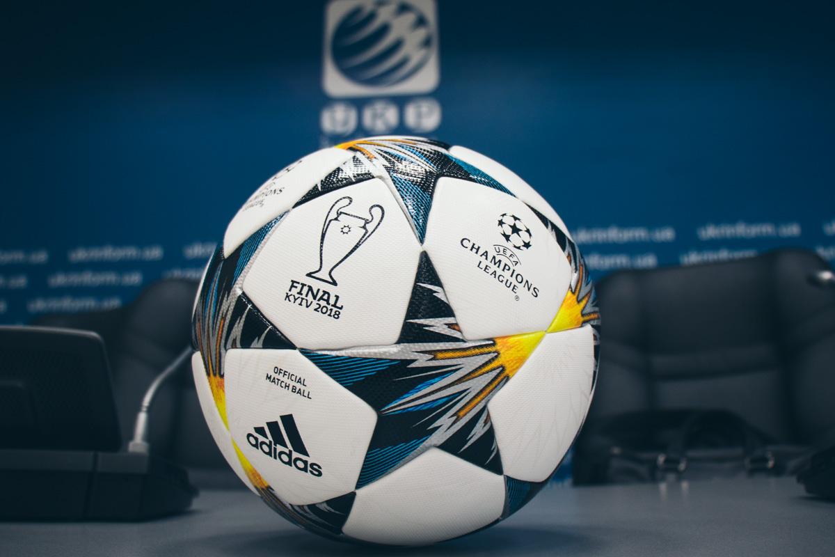 Счастливчиков ждут 10 футбольных мячей с подписями чемпионов