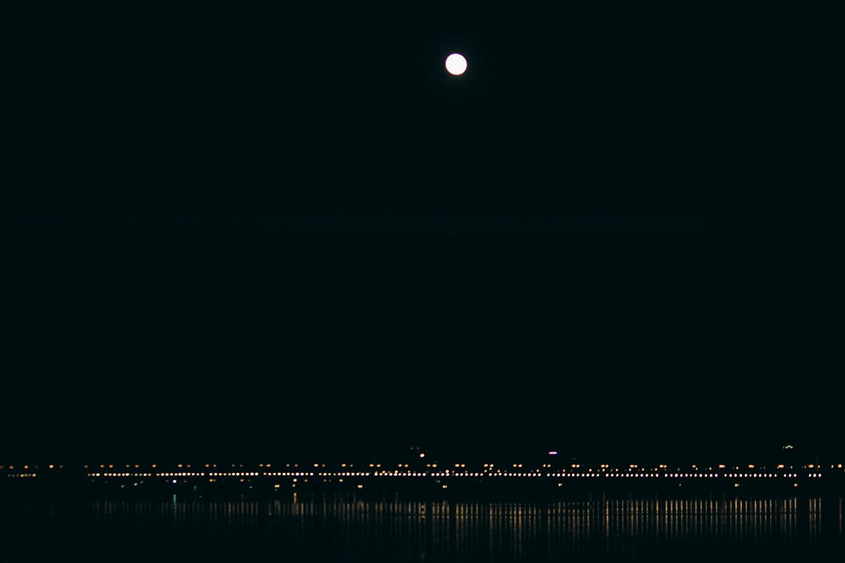 Даже над водой она освещает путь кораблям