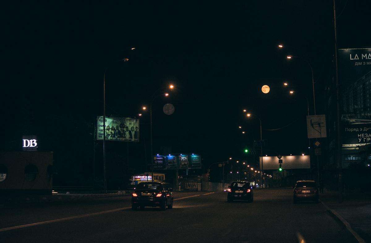 Среди фонарей уличного освещения она выделяется своим оттенком
