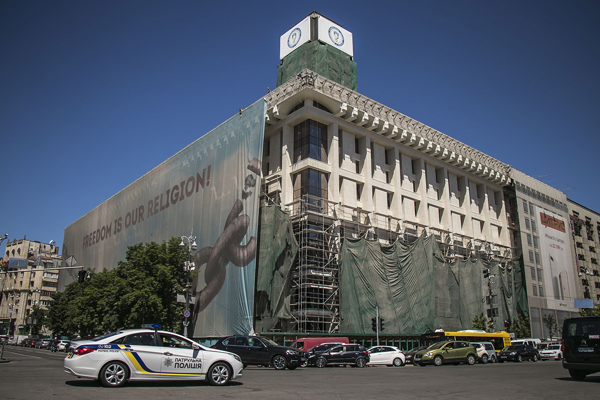 30 мая со здания Дома Профсоюзов снимают баннер с надписью 'Freedom is Our Religion'