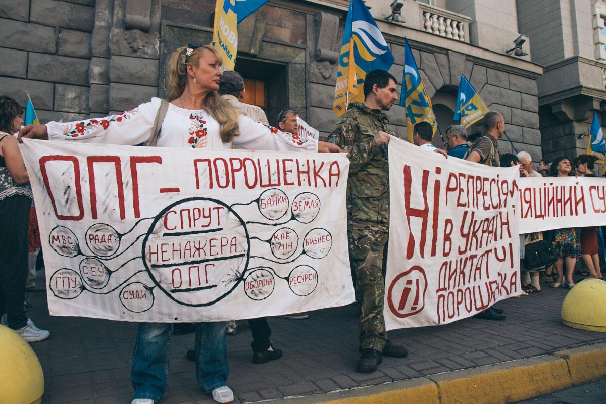 Его фишкой стали яркие плакаты, адресованные власти и лично Порошенко