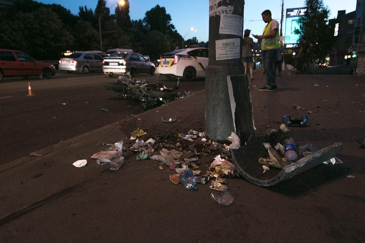 Байкер вылетел на тротуар и врезался в мусорник