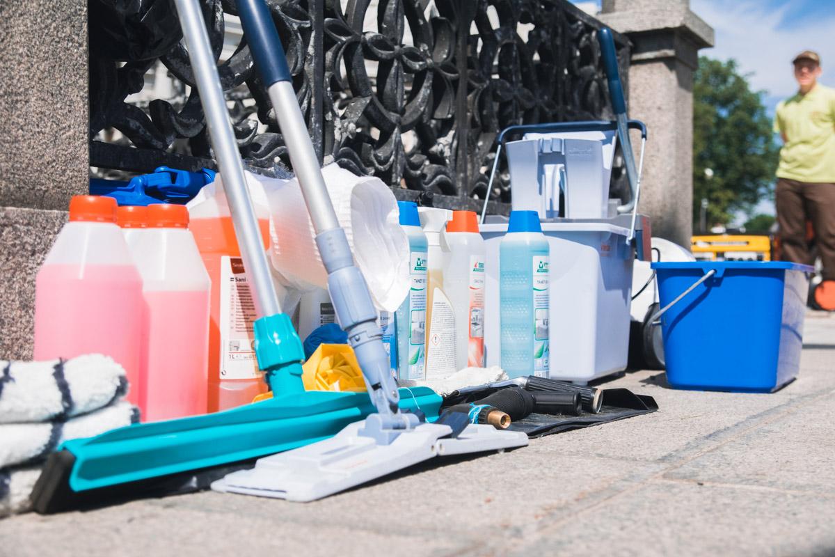 Использовали чистую воду, специальные моющие средства иподъемный автокран