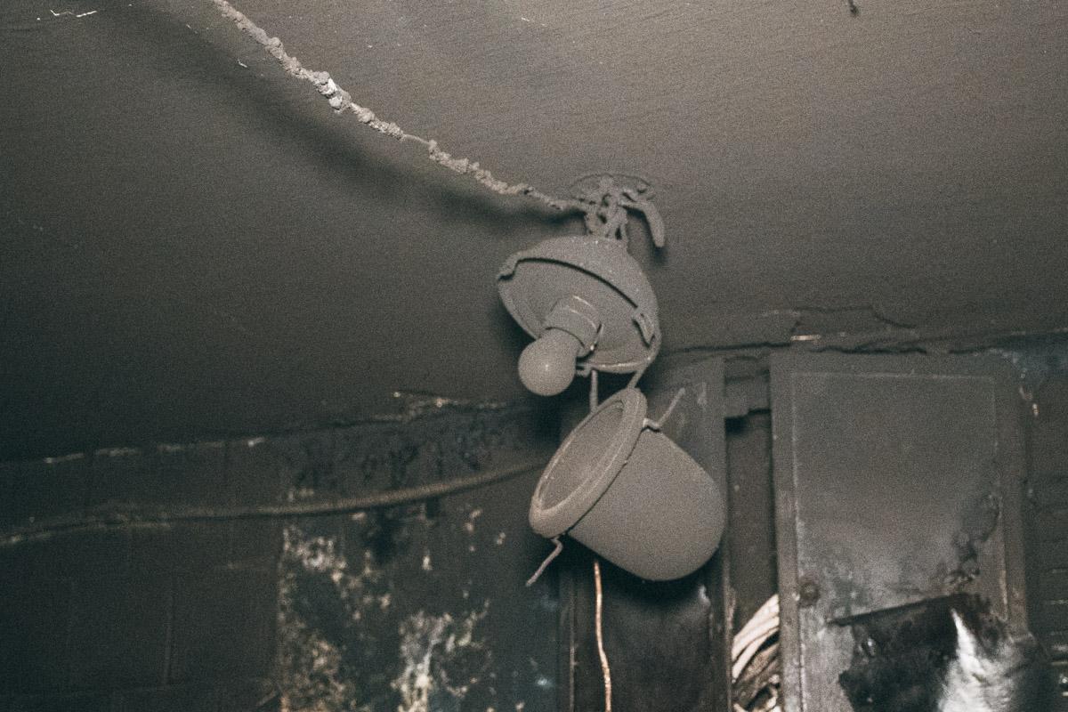 Все потолки подвала закоптило черным и едким дымом