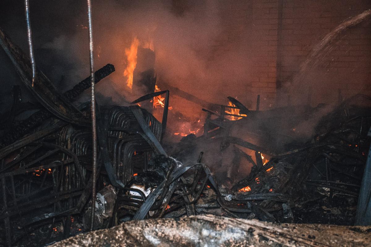 Все содержимое гаражей сгорело дотла