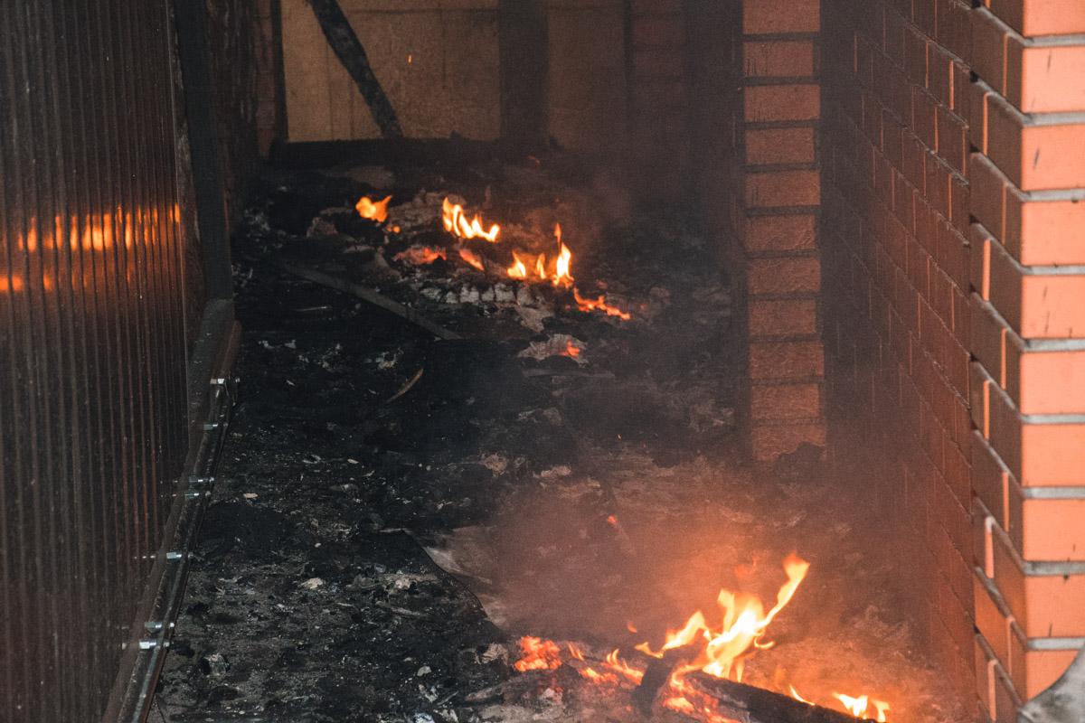 Обломки сгоревшей крыши лежат возле гаража