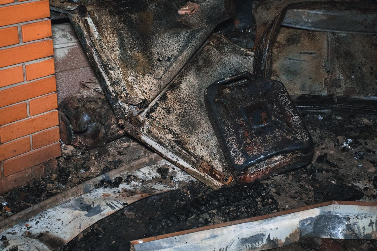 Во время пожара в гараже взорвалась канистра с топливом
