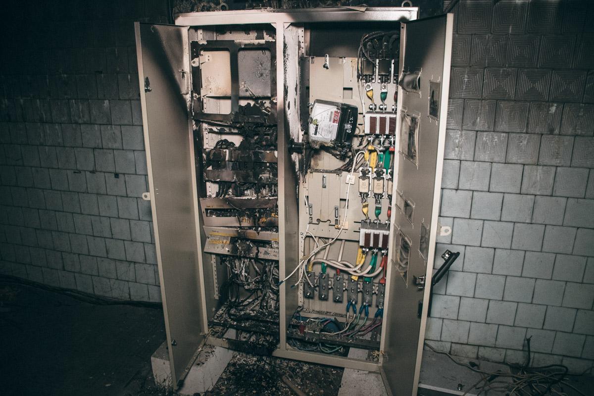 Половина электрощитового шкафа выгорела дотла