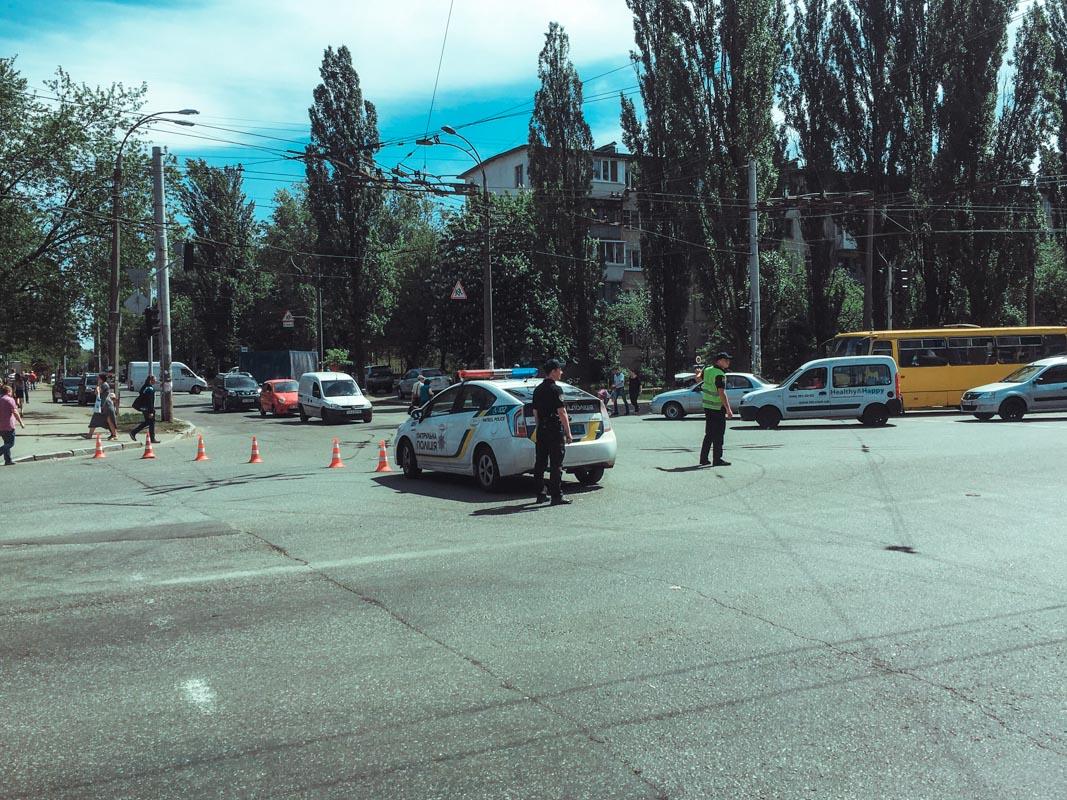Улица Маршала Гречко перекрыта, транспорт объезжает место акции по Северно-Сырецкой улице
