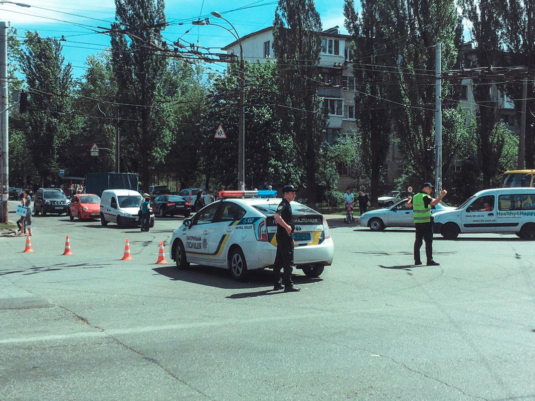 На месте дежурят несколько экипажей патрульной полиции