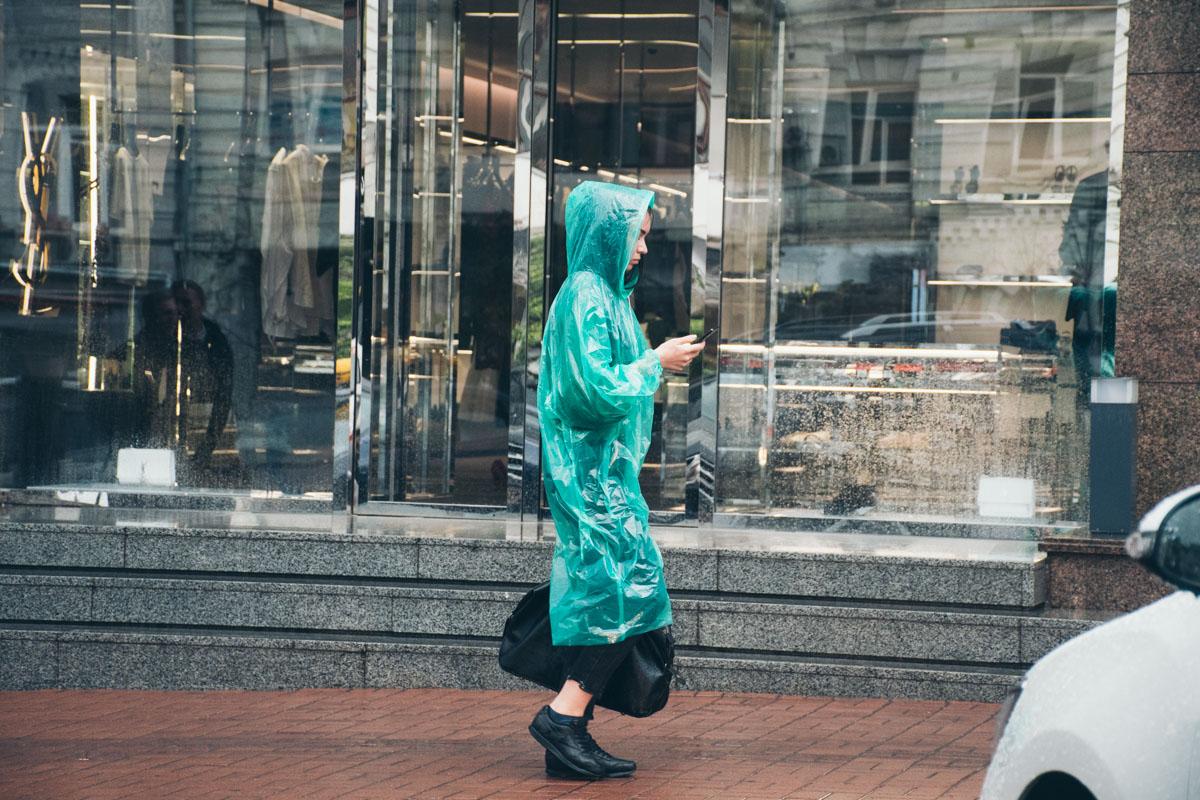 Яркий дождевик - и стихия ни по чем