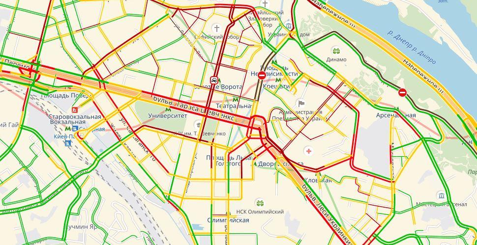По состоянию на 19:30, авто на дорогах медленно едут в «тянучках»