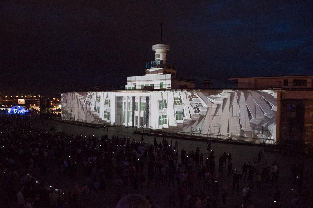 Жители и гости Киева могут увидеть работы лучших мастеров света, живописи и лазера, дизайнеров видеографики и виджеев