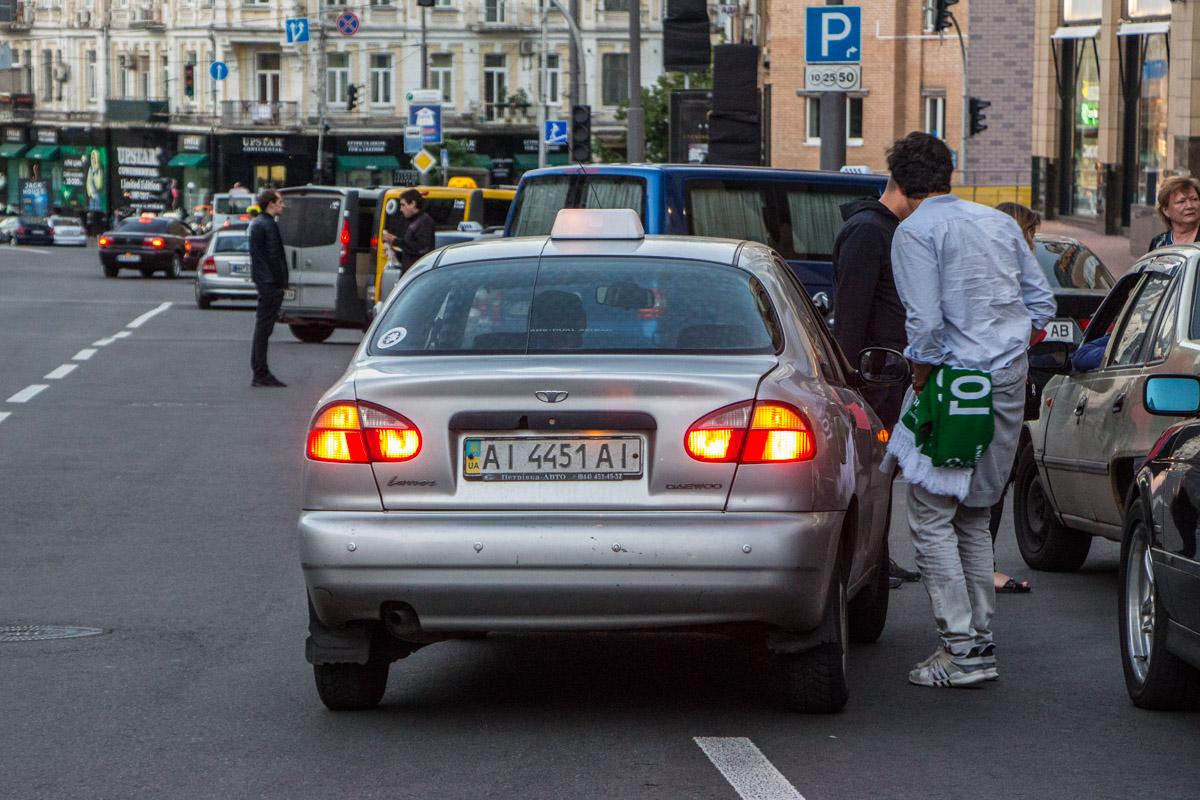 Таксисты подбирают клиента даже со второго ряда дороги