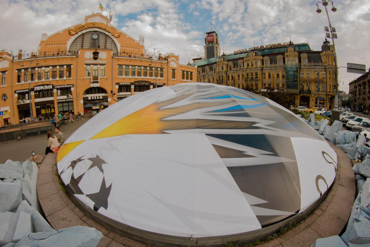 Гигантский мяч появился перед Бессарабским рынком