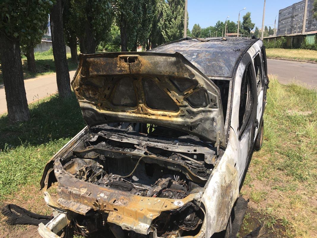 В Киеве на проспекте Академика Королева горел автомобиль