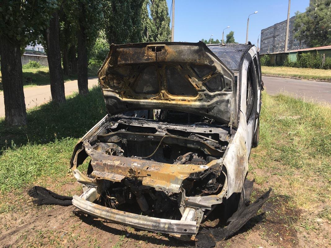 Огонь превратил Fiat в груду металла