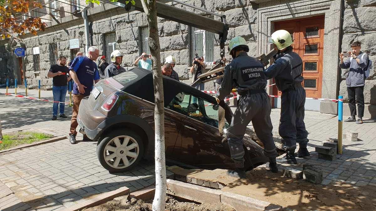 Авто доставали спасатели КМДА