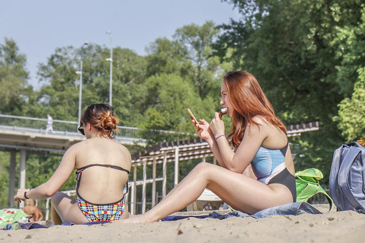 Современная киевлянка: В одной руке мороженое, во второй - телефон