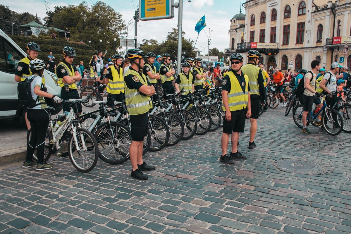 Полиция ждет старта заезда