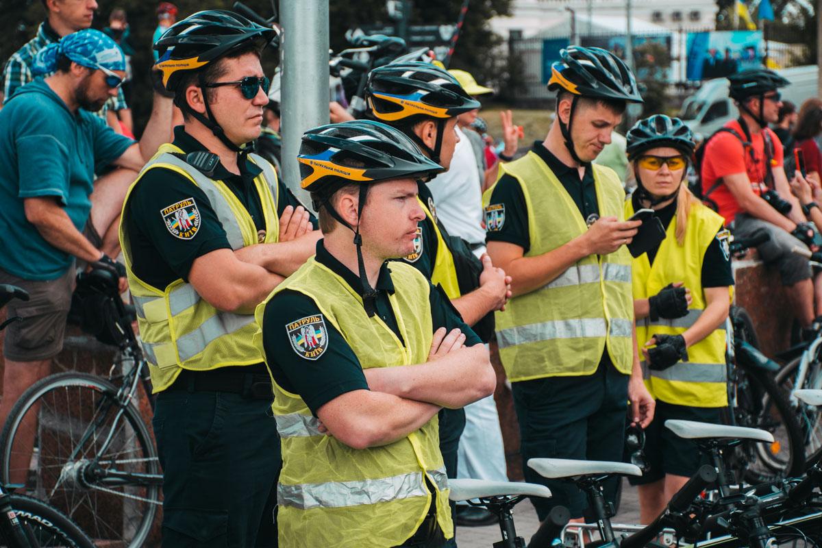 Пока велосипедисты общались и фотографировались, полиции пришлось немного поскучать