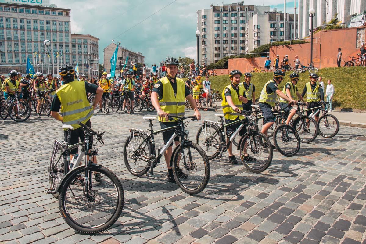 Также помочь любителям велосипедов взялись полицейские, веломаршалы и организация MotoHelp