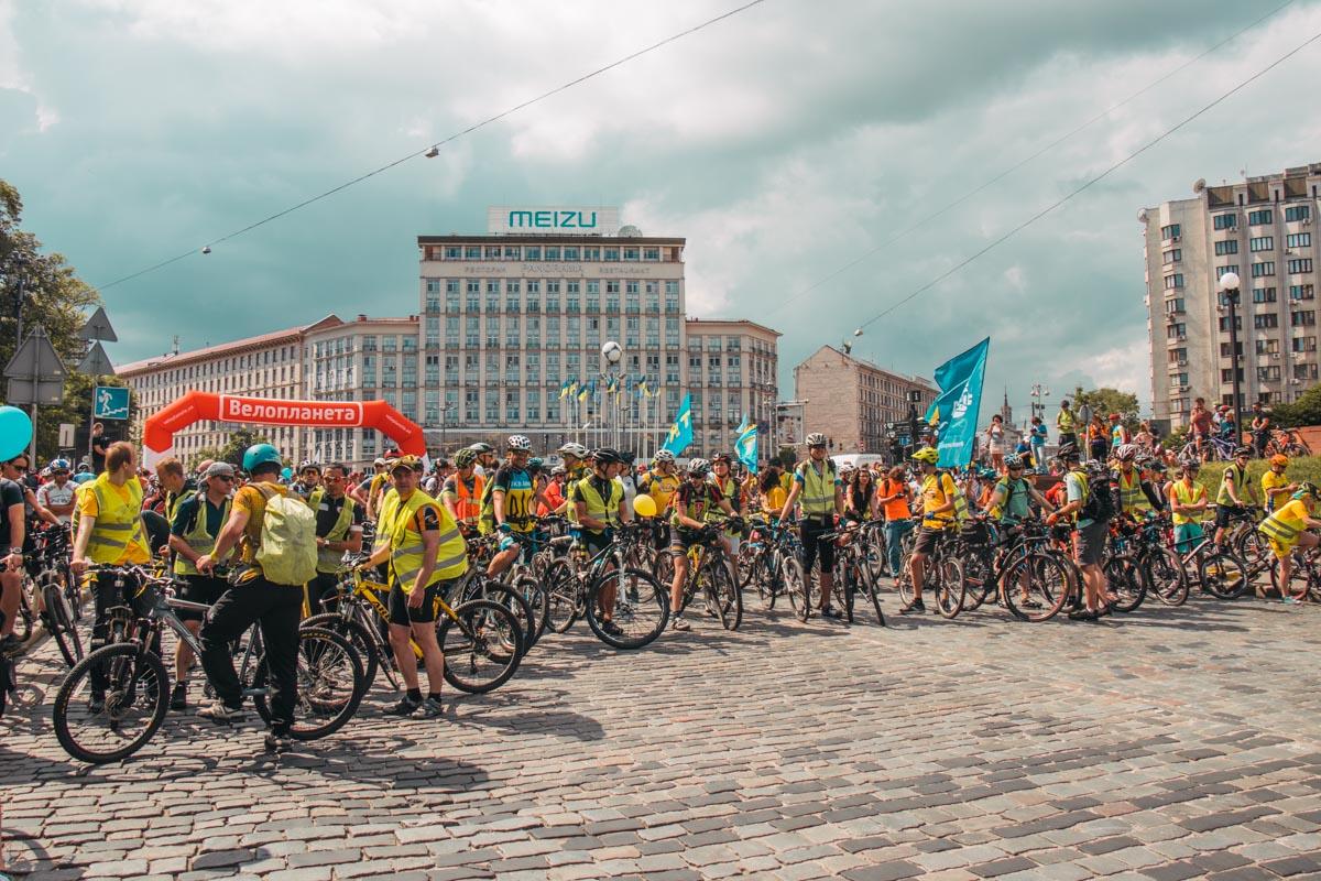 Европейскую площадь заполнили люди на велосипедах