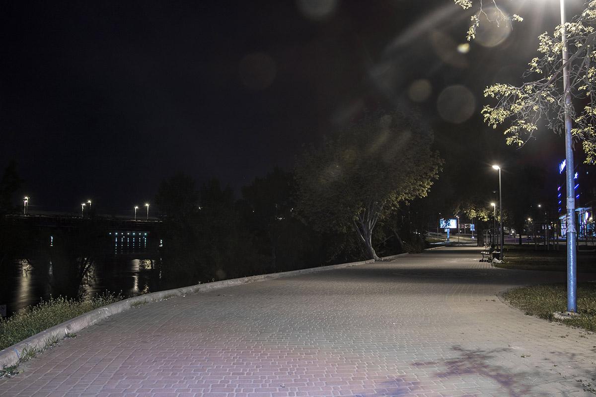 В Днепре отражаются фонари, которые освещают большой город