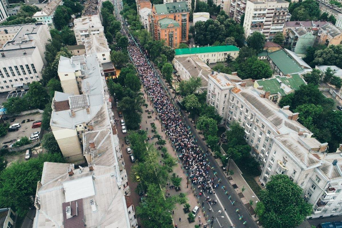 В колонне около полутора тысяч человек