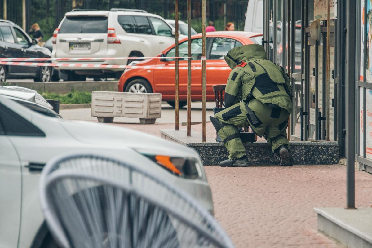 На Лобановского оперативно приехали полиция и взрывотехники, территория была огорожена