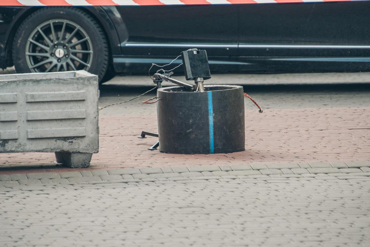 По состоянию на 17:30 робот-сапер извлек неизвестное устройство и его переместили в бронированный ящик