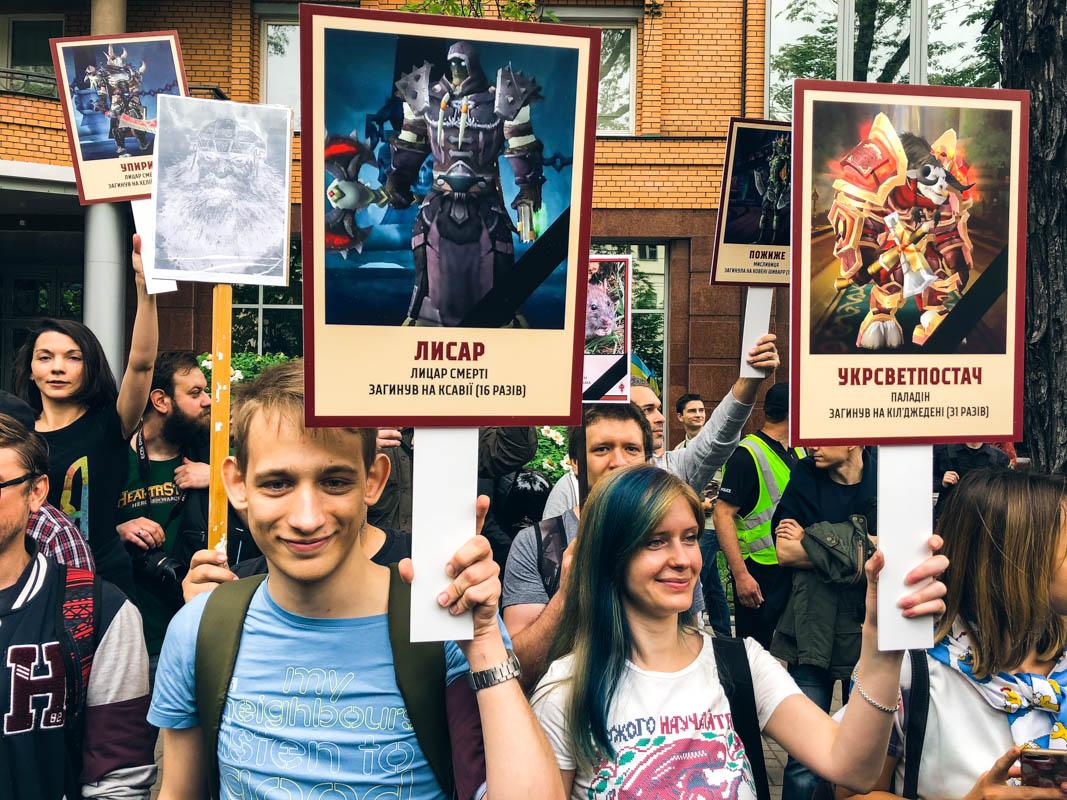 """В руках у людей Корчинского картинки с изображениями компьютерных и других персонажей. В подписях указано, когда они """"погибли"""". Некоторые умирали по 30 и больше раз"""