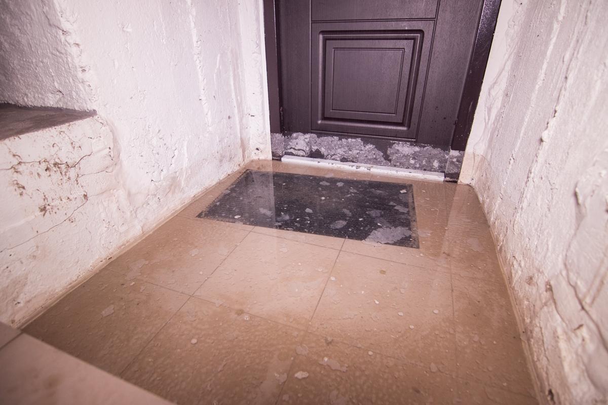 Комнаты залило на 25 сантиметров, позже вода ушла и ее уровень опустился до 5 сантиметров
