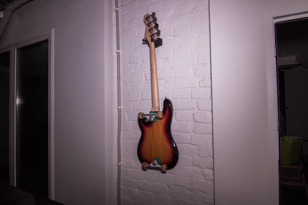 """Знаменитая скейт-гитара из клипа на композицию """"Рок-н-ролл"""" не пострадала"""