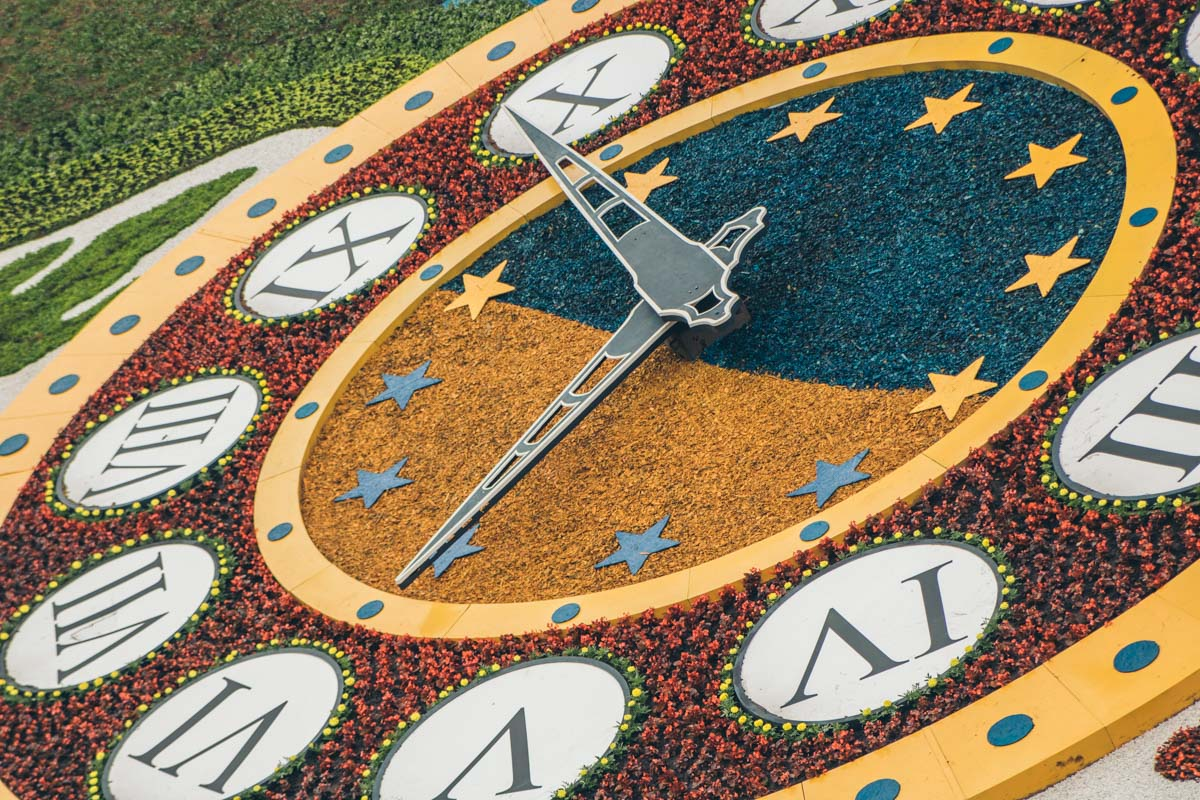 По-новому выглядят сами часы и территория вокруг циферблата
