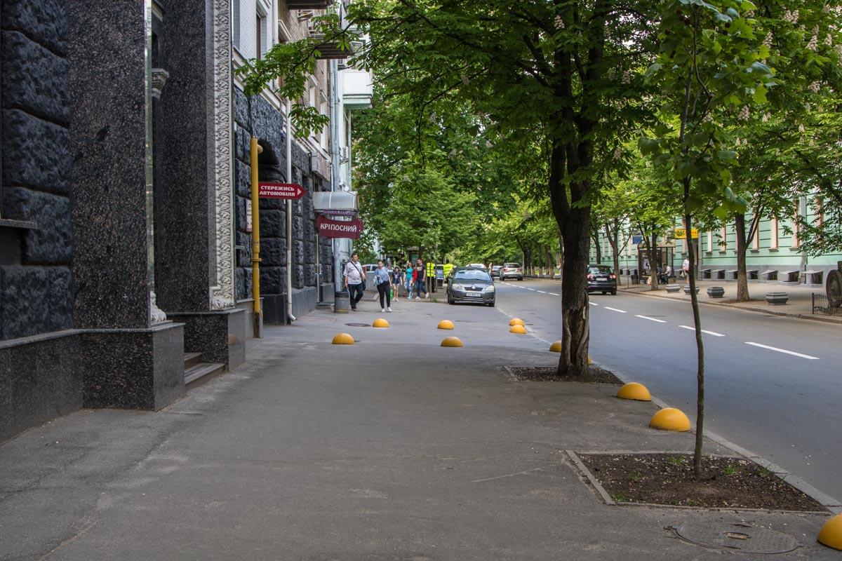 На тротуаре не припарковаться - стоят болларды