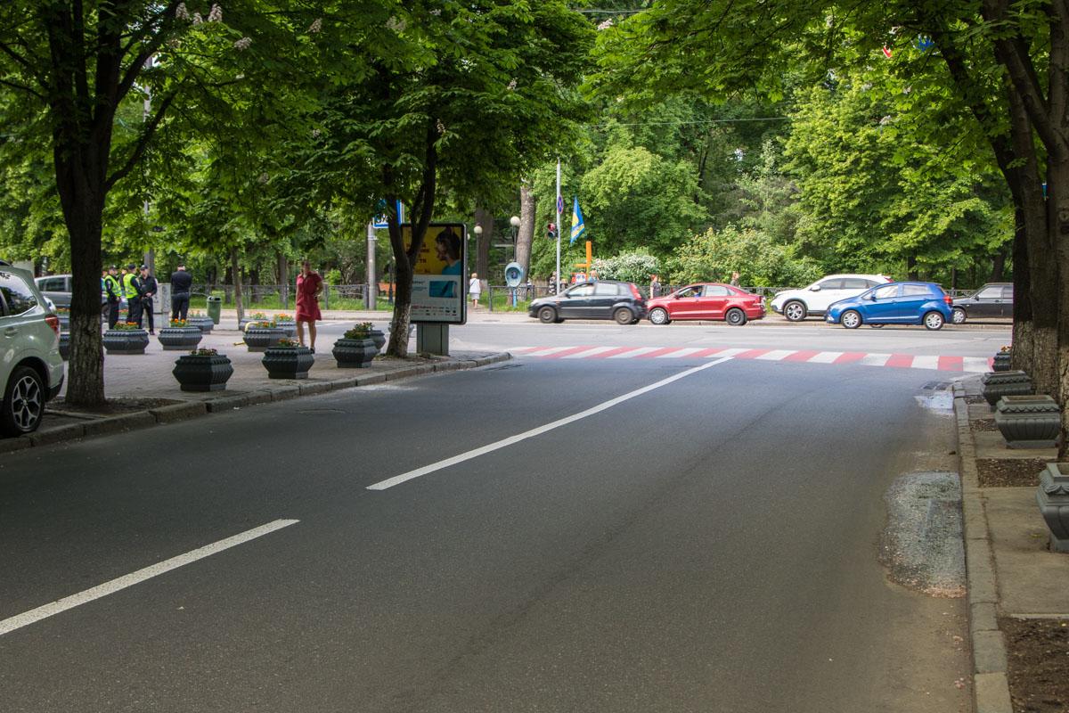 Разметка пешеходного перехода не вытерлась