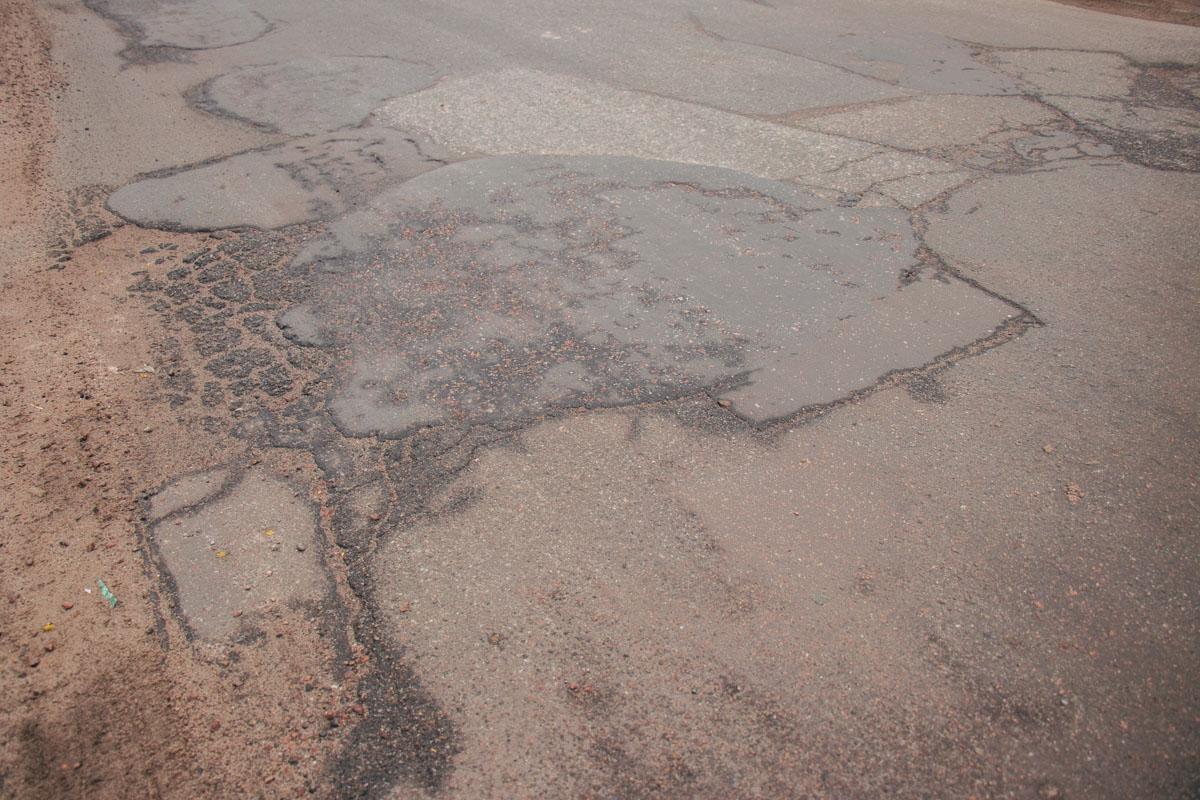 Состояние дороги на улице Красноткацкой совсем не идеальное