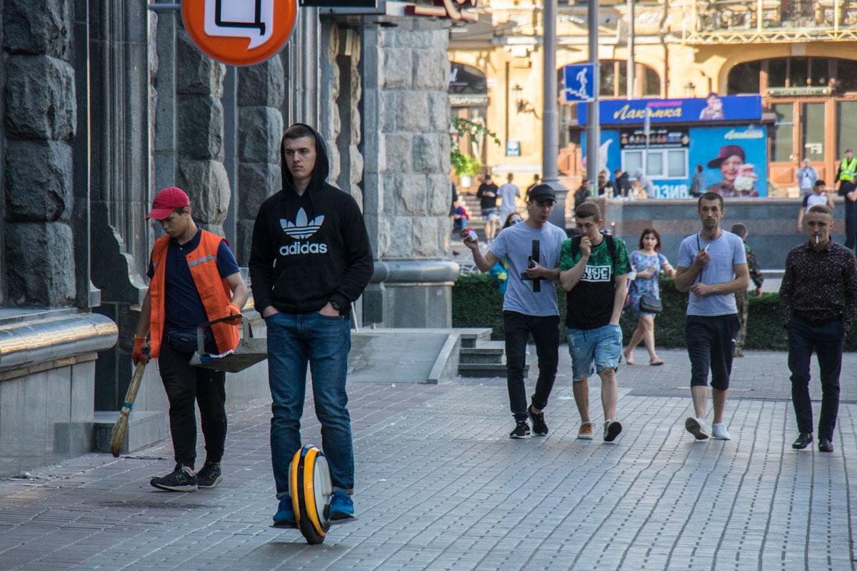 Фанаты продолжили гулять и утром