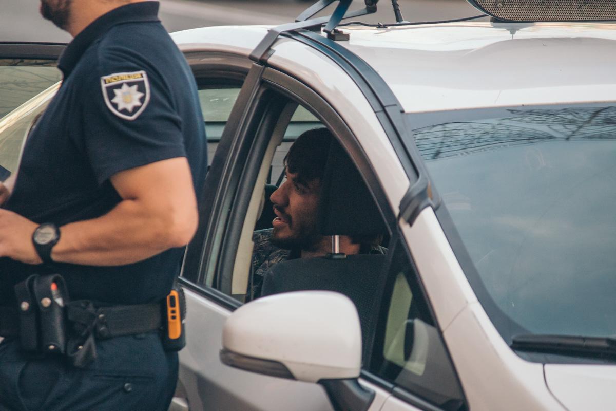 Мужчина пытается объяснить полиции обстоятельства происшествия