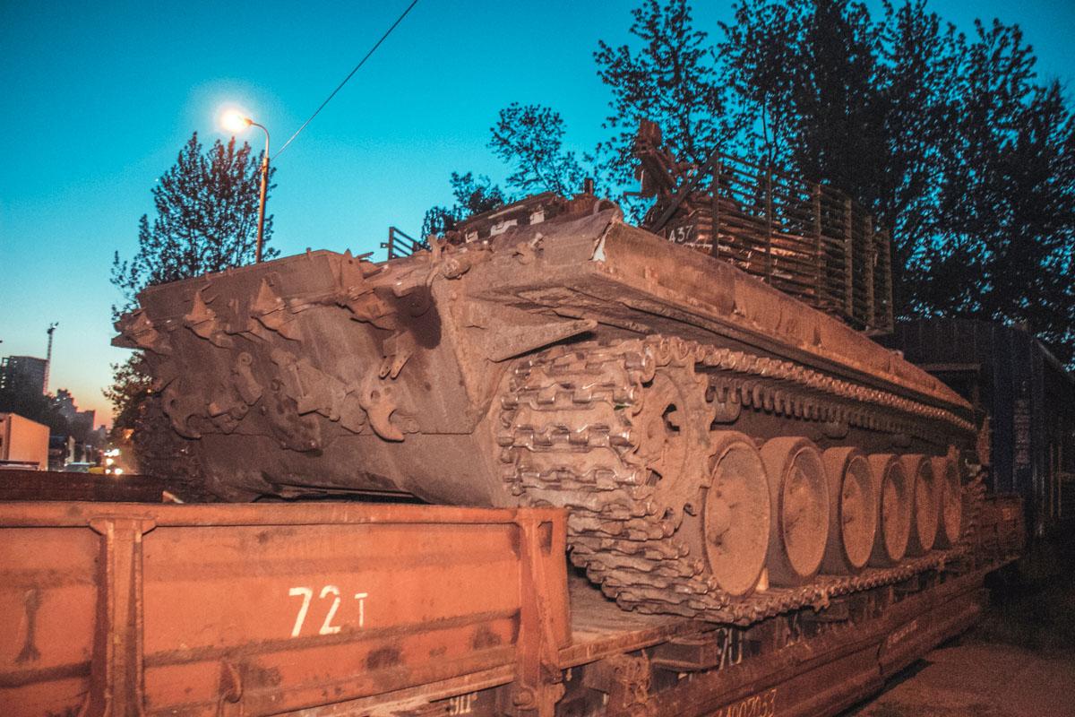 Платформа перевозила танк