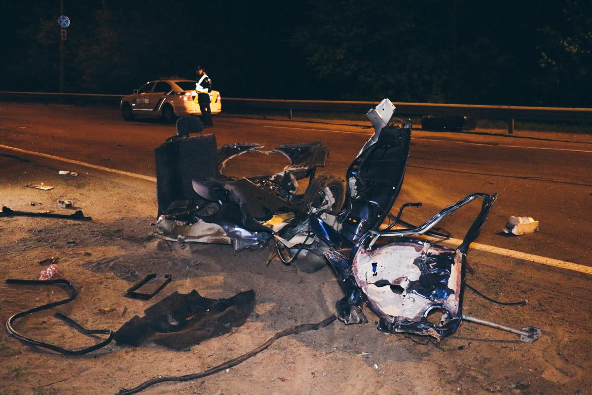 Обломки разбросаны по дороге