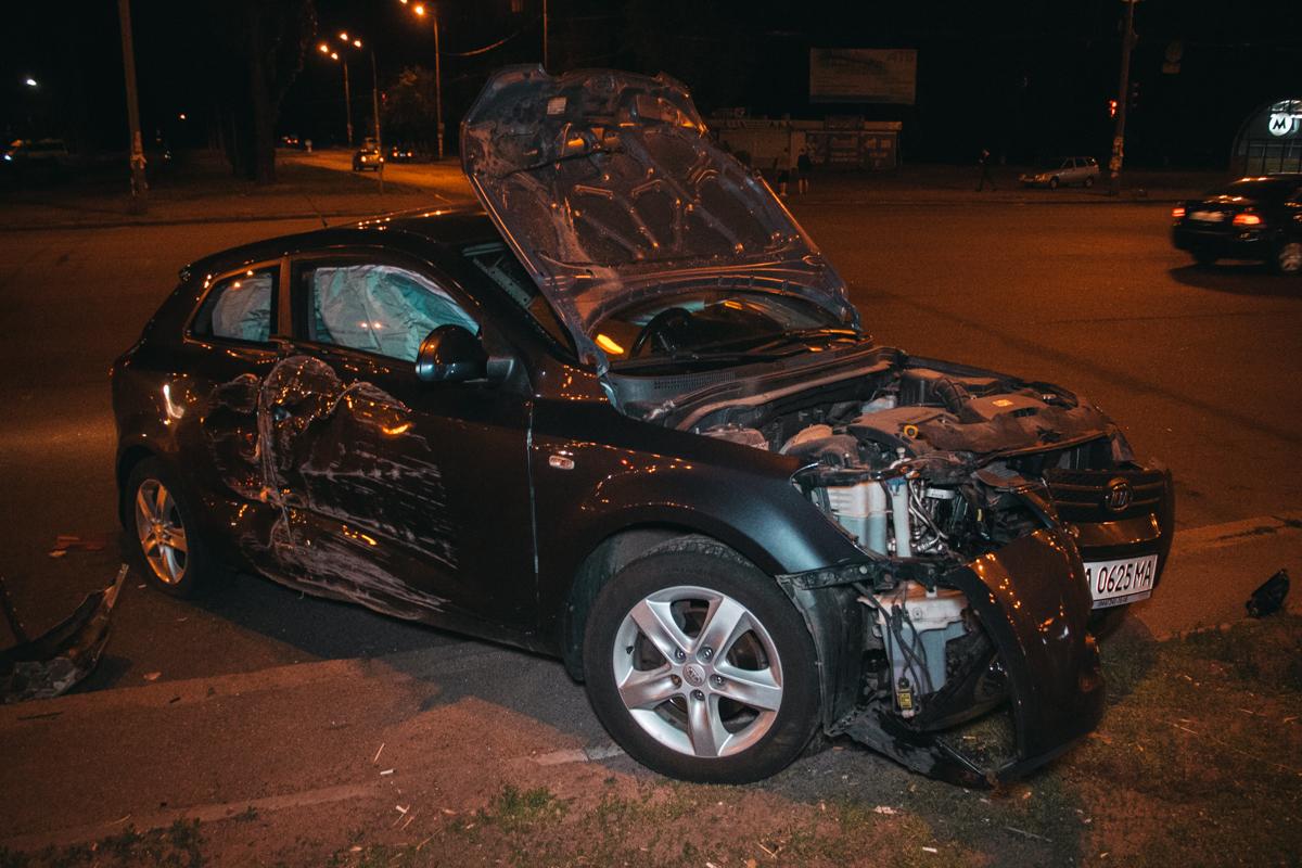 Автомобили столкнулись на перекрестке проспекта Палладина и бульвара Вернадского